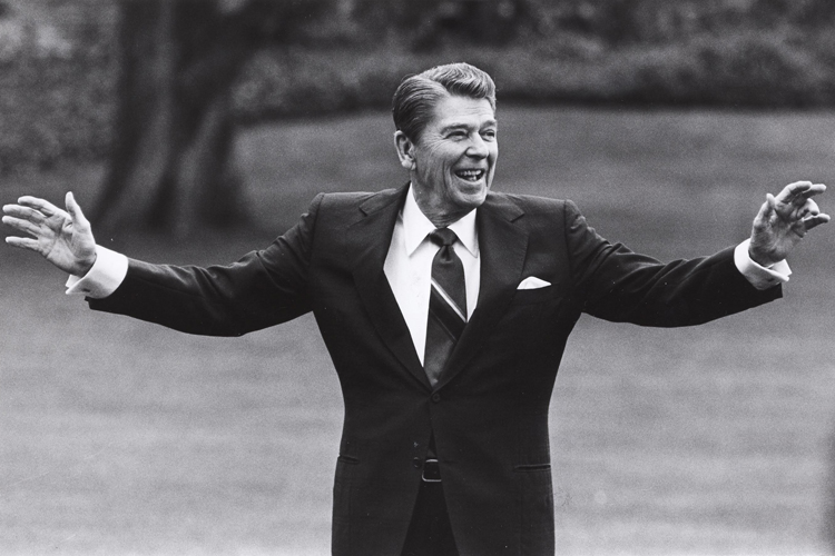 FILE PHOTO OF FORMER US PRESIDENT REAGAN WAVING FROM SOUTH LAWN OF WHITE HOUSE.
