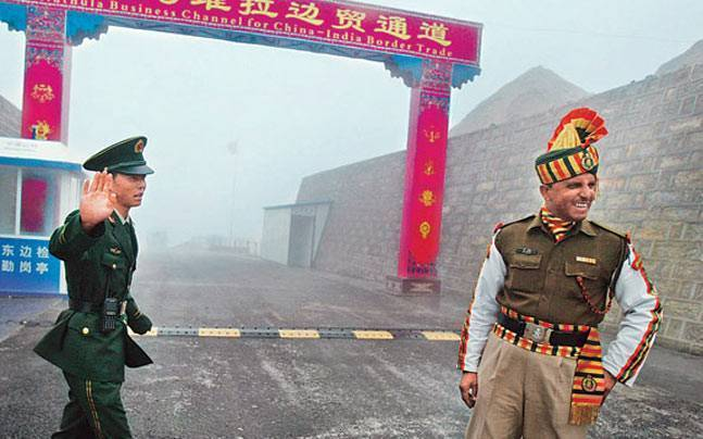 indian and chinese soldiers at the border
