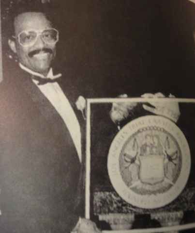 johnnie cochran receiving award (2)