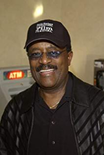 johnnie cochran with baseball cap